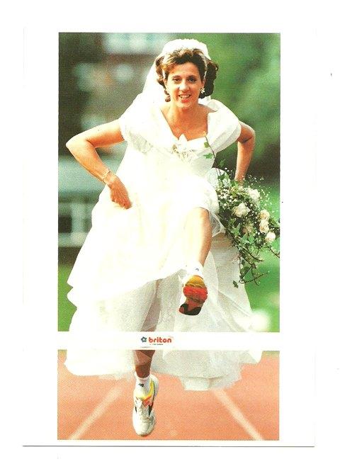 Pocztówka- Panna Młoda i zwycięski bieg do ołtarza