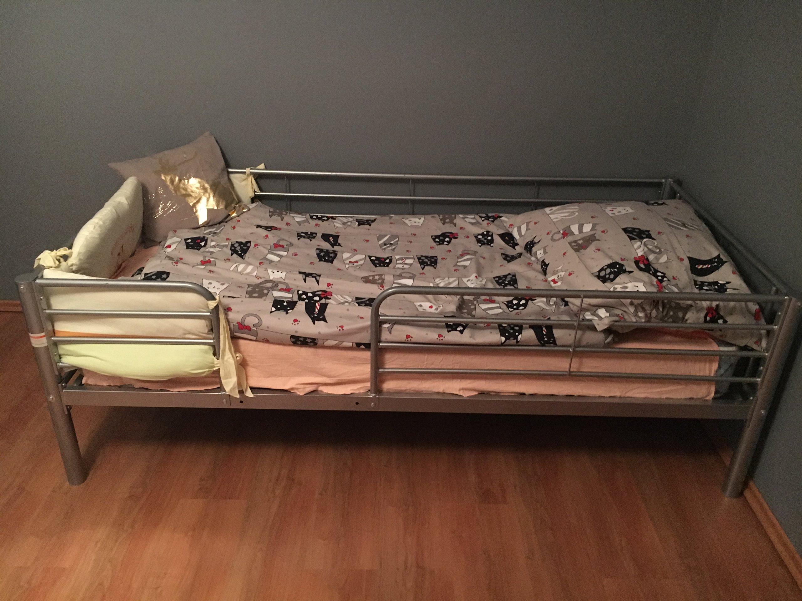 łóżko Metalowe Z Poręczą Dla Dziecka