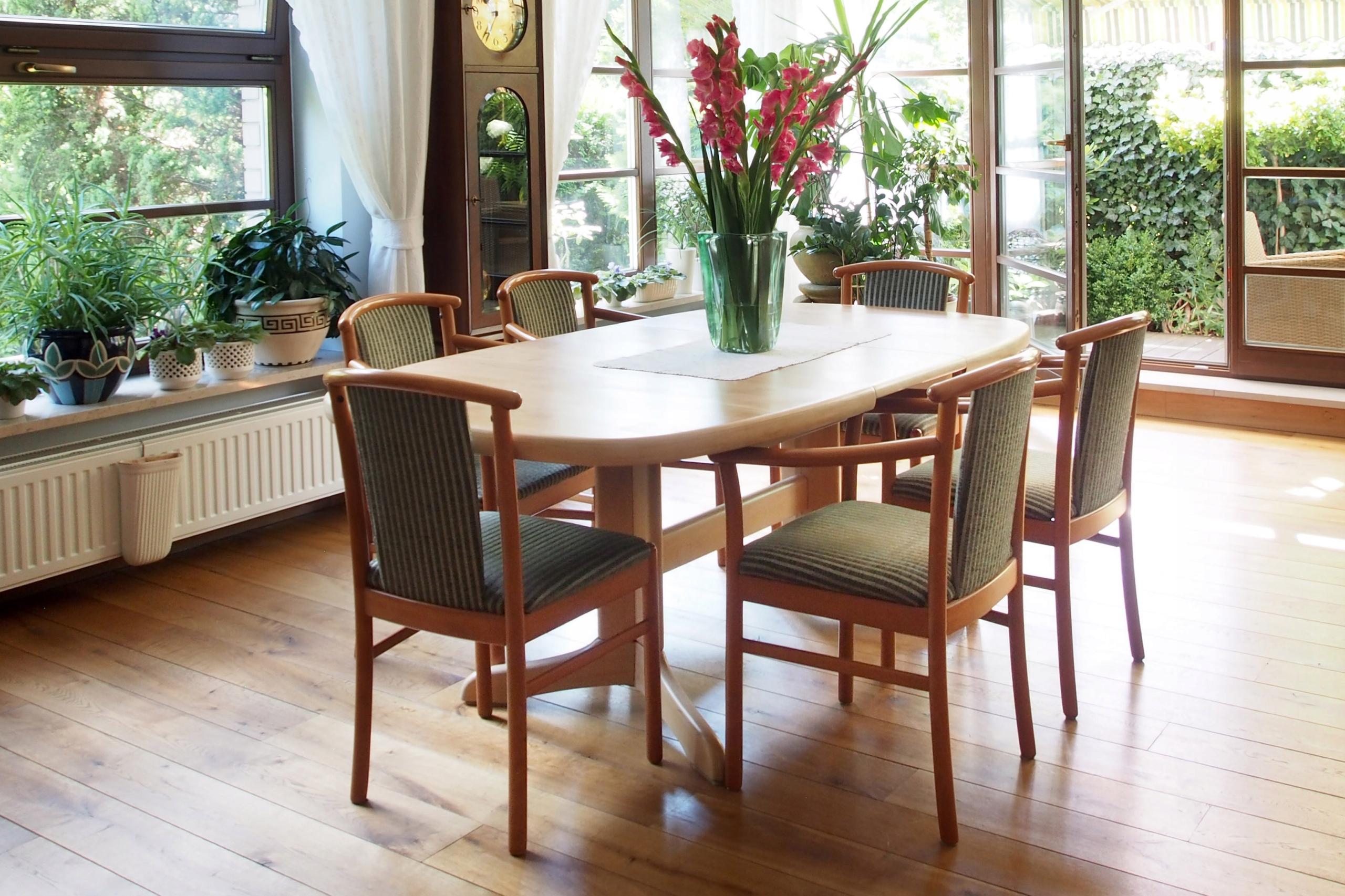 Stół w okleinie jasnej, rozkładany + 6 krzeseł