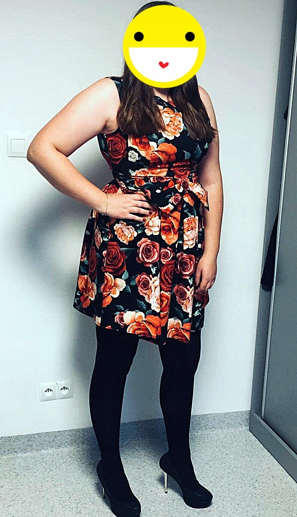 40125581f6 Czarna rozkloszowana sukienka w kwiaty z kokardą - 7673704692 ...