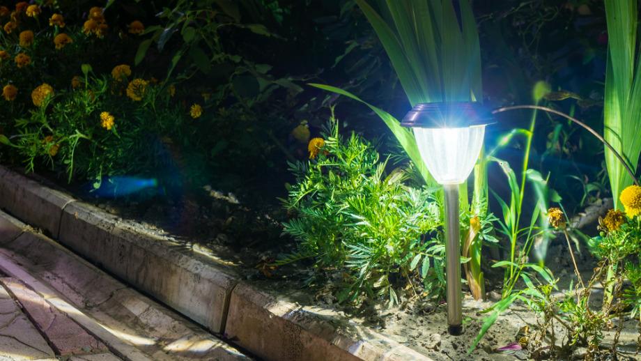 Lampy solarne – jakie wybrać do ogrodu?