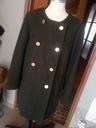 militarny płaszcz w kolorze zieleni